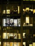 商人在会议上在办公大楼 免版税库存图片