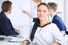 商人在会议上在办公室 在美丽的快乐的微笑的妇女的焦点 会议,公司训练或 免版税库存图片