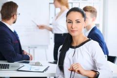 商人在会议上在办公室 在美丽的快乐的微笑的妇女的焦点 会议,公司训练或 库存图片