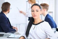 商人在会议上在办公室 在美丽的快乐的微笑的妇女的焦点 会议,公司训练或 库存照片