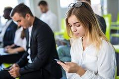 商人在会议室使用设备 遇见公司数字式设备连接概念的商人 图库摄影