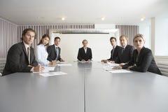 商人在会议桌上 免版税图库摄影