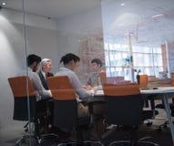 商人在会议的小组激发灵感 免版税库存图片