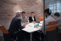 商人在会议的小组激发灵感 库存图片