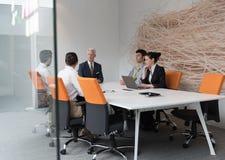 商人在会议的小组激发灵感 免版税库存照片