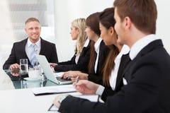 商人在会议的看同事 库存图片
