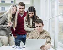 年轻商人在会议的看膝上型计算机 免版税图库摄影