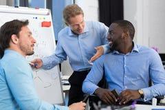 商人在创造性的办公室,队激发灵感,谈论的商人编组新的想法  免版税库存照片