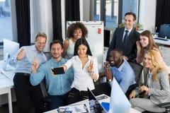 商人在创造性的办公室,队激发灵感,谈论的商人编组新的想法  图库摄影