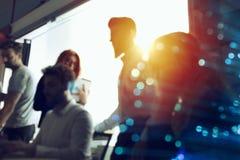 商人在办公室一起合作 两次曝光作用 免版税库存照片