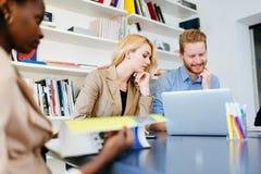 商人在办公室合作 免版税库存图片