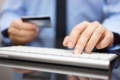 商人在办公室在线purchas做银行汇款或 免版税图库摄影