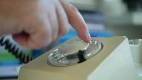 商人在办公室屋子提取受话器里和拨电话号码 影视素材