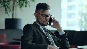 商人在办公室谈话在电话 股票录像