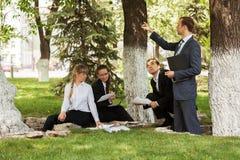 年轻商人在城市公园 免版税库存图片