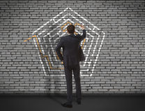 商人在墙壁上的图画迷宫 免版税图库摄影
