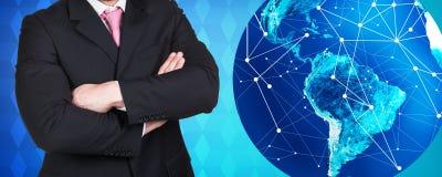 商人在大地球球附近站立 免版税库存图片