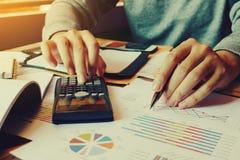 商人在家计算财务和考虑问题 免版税库存照片
