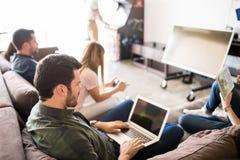 商人在工休期间的休息室屋子里 免版税库存照片