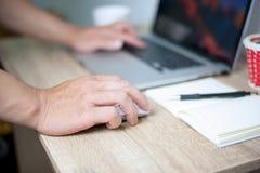 商人在工作通过计算机系统,想法工作 免版税库存图片
