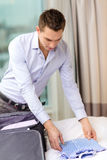 商人在手提箱的包装事 免版税库存照片