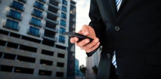 商人在手机的正文消息的中央部位的综合图象 库存图片