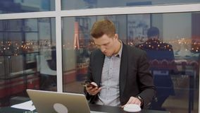 商人在手机读一则重要消息 影视素材