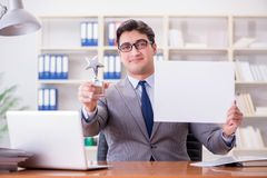 商人在拿着一个空白的留言簿的办公室 免版税库存图片
