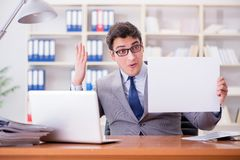 商人在拿着一个空白的留言簿的办公室 免版税图库摄影