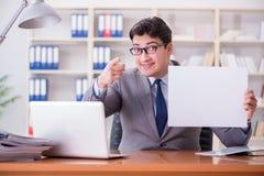 商人在拿着一个空白的留言簿的办公室 库存照片