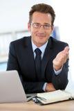 商人在提建议的办公室商务伙伴 库存照片
