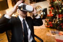 商人在新年`的s伊芙办公室 他头戴一件虚拟现实盔甲的` s和他打比赛的` s 图库摄影