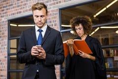 商人在智能手机的正文消息 免版税库存照片