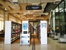 商人在曼谷市立图书馆里读了一本书 免版税库存图片