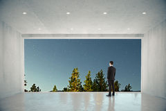 商人在有大窗口的空的具体室与自然c 免版税库存图片