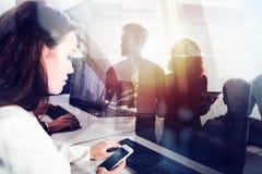 商人在有工作站的办公室前景的 配合和合作的概念 双 免版税图库摄影