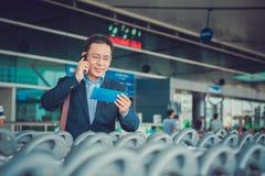 商人在机场 免版税库存图片