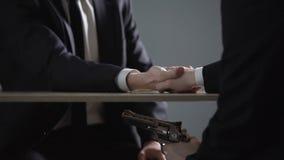 商人在枪敲诈,无利益的成交协议的死亡威胁外 股票视频