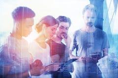 商人在片剂的景色项目队  合作和技术的概念 免版税图库摄影