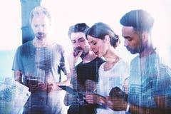 商人在片剂的景色项目队  合作和技术的概念 库存图片