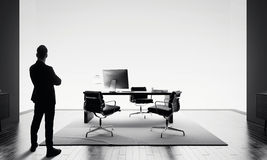商人在现代办公室和看站立天际 bw 库存照片