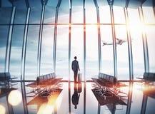 商人在窗口附近的机场 免版税库存图片