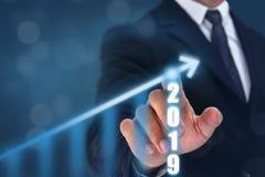 商人在箭头图表上面的点手与高增长率的 成功和生长成长图表在公司中或 库存照片