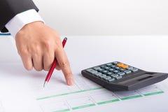 商人在纸的手文字特写镜头在书桌 免版税库存照片