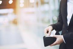 商人在网上买产品 免版税库存照片
