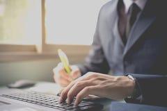 商人在网上联络顾客 免版税库存图片