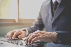 商人在网上联络顾客 免版税库存照片