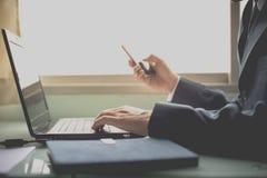 商人在网上联络顾客 免版税图库摄影