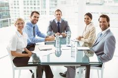 年轻商人在证券交易经纪人行情室会议 库存照片