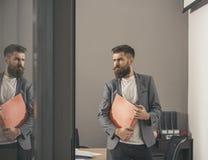 商人在通过门户开放主义看的证券交易经纪人行情室在办公室 库存图片